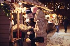 Flicka i en varm pälsminkpäls som gör att shoppa för jul Royaltyfri Foto
