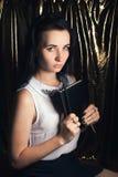 Flicka i en vit blus, en ung student med en trollspö i hand Royaltyfria Bilder