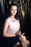 Flicka i en vit blus, en ung student med en trollspö i hand Royaltyfria Foton