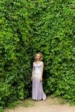 Flicka i en vit klänning Arkivbilder