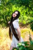 Flicka i en vit klänning Royaltyfri Fotografi