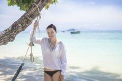 Flicka i en vit skjorta på stranden Arkivfoto