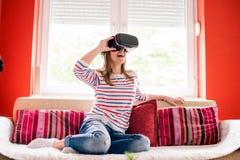 Flicka i en VR-värld Royaltyfri Bild