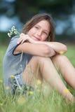 Flicka i ett blommafält Arkivbilder