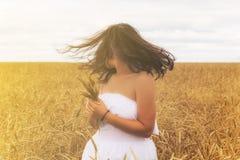 Flicka i ett fält av råg Arkivfoto