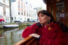 Flicka i ett fartyg på floden Arkivfoto