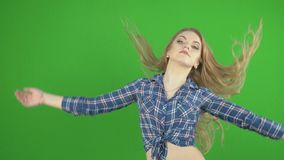 Flicka i ett grov bomullstvillomslag stock video