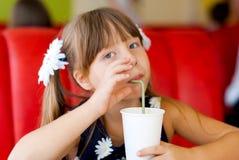 Flicka i ett kafé med en coctail Royaltyfri Foto
