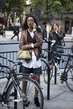 Flicka i ett läderomslag och en vit skjorta som talar på telefonen som poserar under den London modeveckan utvändiga Eudon Choi Royaltyfria Foton