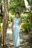 Flicka i ett långt ljus - blå klänning Royaltyfri Fotografi