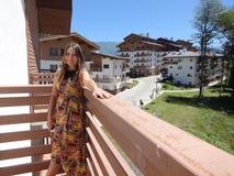 Flicka i ett longstanding på balkongen av hotellet fotografering för bildbyråer