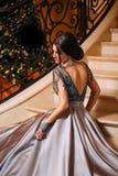 Flicka i ett lyxigt, aftonklänning royaltyfri fotografi