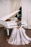 Flicka i ett lyxigt, aftonklänning royaltyfria foton