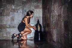 Flicka i ett mörkt rum Arkivfoto
