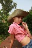 Flicka i ett sammanträde för cowboyhatt i trädgård 20353 Arkivbild