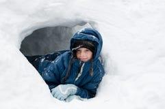Flicka i ett snöfort Royaltyfri Bild