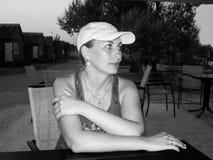 Flicka i ett sommarkafé Arkivbild