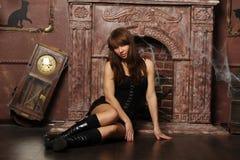 Flicka i ett spöklikt hus Royaltyfri Bild