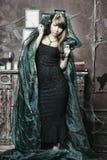 Flicka i ett spöklikt hus Royaltyfri Fotografi