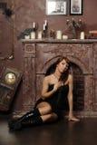 Flicka i ett spöklikt hus Royaltyfria Foton
