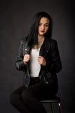 Flicka i ett svart läderomslag över Royaltyfri Bild