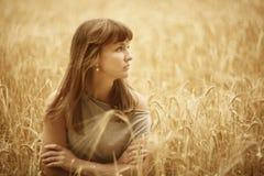 Flicka i ett vetefält Royaltyfria Foton