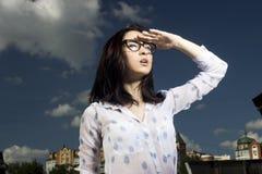 Flicka i exponeringsglas arkivfoto