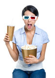 Flicka i exponeringsglas 3D med drinken och popcorn Arkivbilder