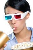 Flicka i exponeringsglas 3D med drycken och popcorn Arkivbilder