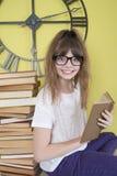 Flicka i exponeringsglas med en bok i hand Royaltyfria Foton