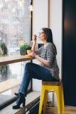 Flicka i exponeringsglas som dricker kaffe Royaltyfria Bilder