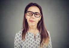 Flicka i exponeringsglas som ut klibbar tungan fotografering för bildbyråer