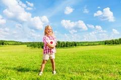 Flicka i fältet med bollen Royaltyfri Foto