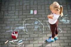 Flicka i färgglad trädgård fotografering för bildbyråer