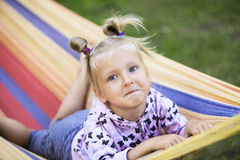 Flicka i färgrik hängmatta Royaltyfri Foto