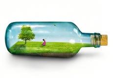 Flicka i flaska Arkivbild