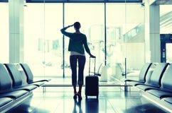 Flicka i flygplatsen royaltyfri bild