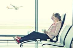 Flicka i flygplatsen royaltyfri fotografi