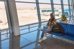 Flicka i flygplatsterminal Fotografering för Bildbyråer