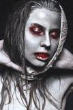 Flicka i formen av levande död, allhelgonaaftonlik med blod på hans kanter Bild för en rysare Royaltyfri Fotografi