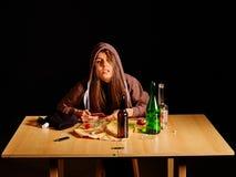 Flicka i fördjupning som dricker alkohol Oskick Arkivbild