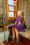 Flicka i gammalt vagnsdrev Fotografering för Bildbyråer