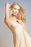 Flicka i gardinen Royaltyfria Bilder