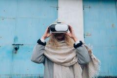 Flicka i gatan med exponeringsglas för en vr Arkivbilder