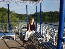 Flicka i gazeboen på sjön Royaltyfria Bilder
