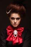 Flicka i gotisk konststil med idérik makeup Bild för allhelgonaafton Arkivbild