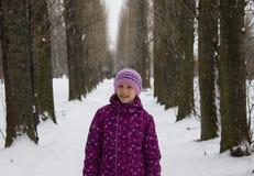 Flicka i gränd Royaltyfri Foto