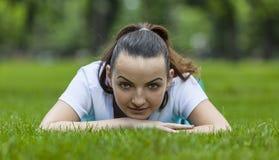 Flicka i gräs Arkivfoton