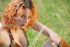 Flicka i gräset Arkivbild