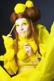 Flicka i guling. Fotografering för Bildbyråer